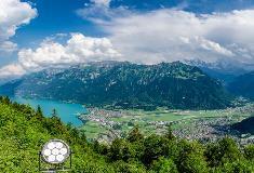 Zicht op Interlaken en de Brienzersee vanaf Harder Kulm