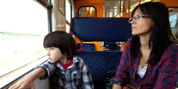 Moeder en zoon in trein