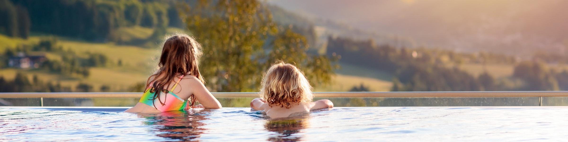 Infinity-Pool mit Blick auf die Berge
